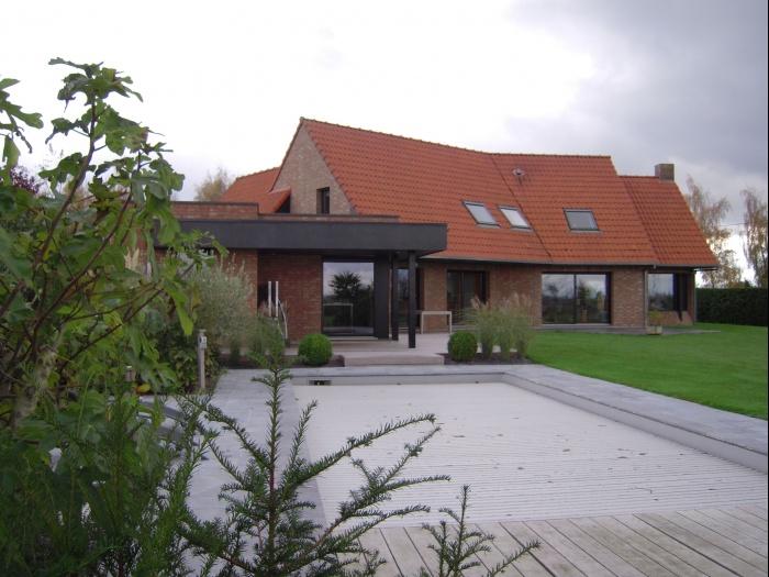Extension Maison Contemporaine : terrasse dans le prolongement de la piscine